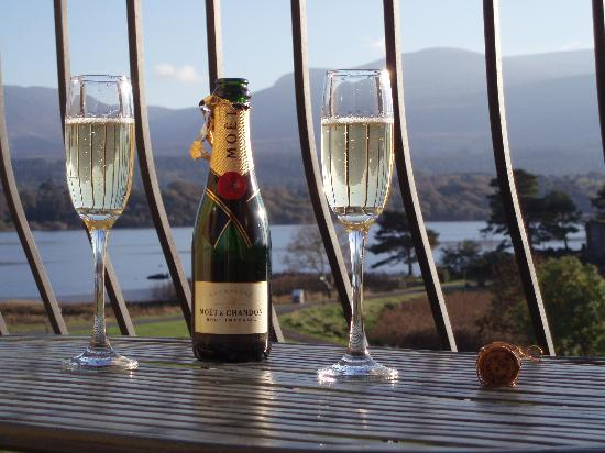 Lake Hotel: champagne on the balcony