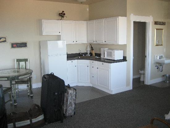 Port Angeles Downtown Hotel: #10 Kitchen area and bethroom