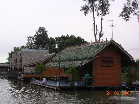 Bungsamran Fishing Resort: One of the small Bungalows from the lakeside
