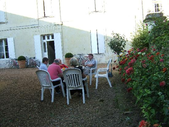 Le Domaine de Mestre: pre supper drinks in the courtyard
