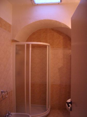 Tirrenia Roberts B&B : Badezimmer mit Dusche und Bidet