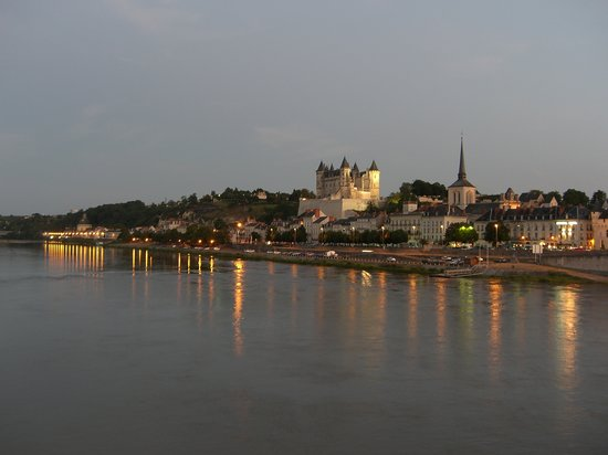 Сомюр, Франция: View across the river to Saumur, at dusk