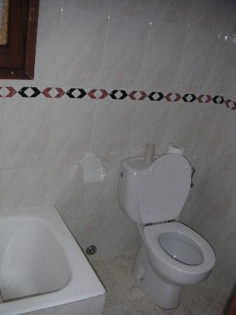 Hostal Norte: bathroom (shared between 222 and another double room)