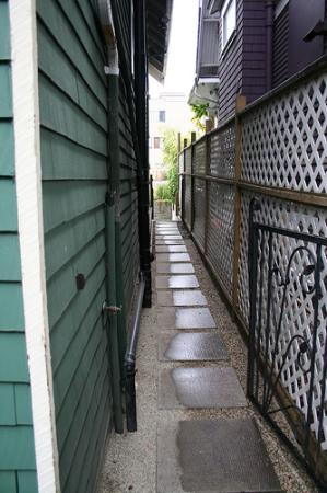Between Friends Bed & Breakfast: Path from front drive to backyard entrance to Zen Suite