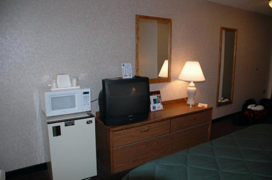 Quality Inn: Microwave and refrigerator in the suite