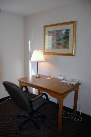 Quality Inn: Desk in the suite