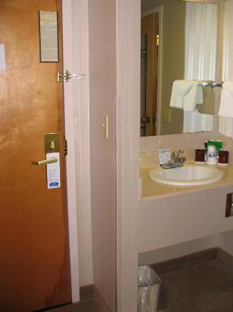 Howard Johnson Hotel South Portland: Room door and a shot of the outside sink.