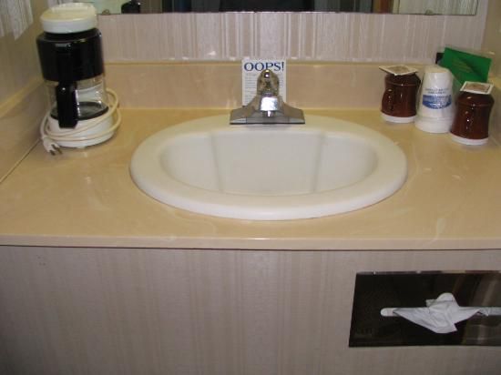 Howard Johnson Hotel South Portland: Outside sink - along with the coffeemaker.