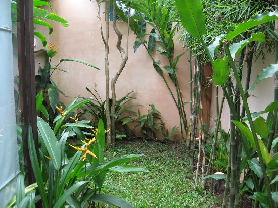 Heritage Suites Hotel: The Private Garden (secluded and comes with an outdoor shower)