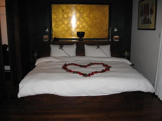 Heritage Suites Hotel: Our bed on arrival for our honeymoon