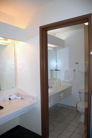 Best Western Weston Inn: Bathroom decor
