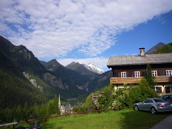 Chalet Hotel Senger: The sight of the Grossglockner next morning, seen from the parking area