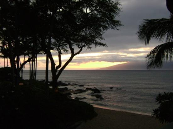 The Napili Bay: Unit 211 - Sunset view from lanai.
