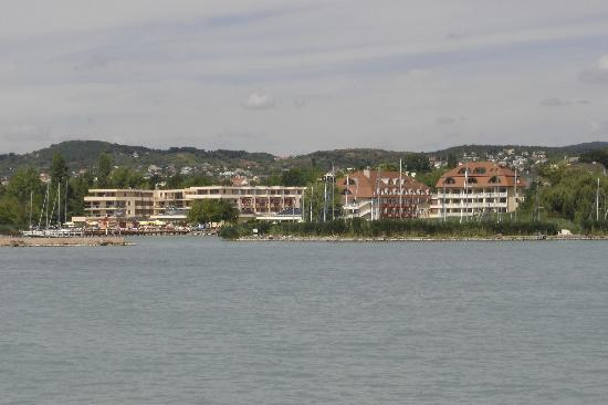 Balatonfured, Hungary: Picture of hotel from lake