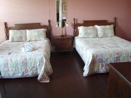 Island Hotel & Restaurant : bedroom