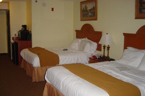 Holiday Inn Express Princeton / I-77: Two Queen Room