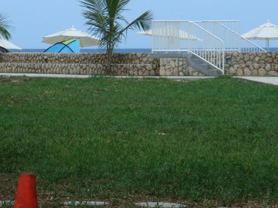 Plantation Village Beach Resort: Walking to the seven mile beach