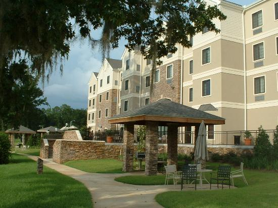 Staybridge Suites Tallahassee I-10 East: barbecue pit out back of hotel