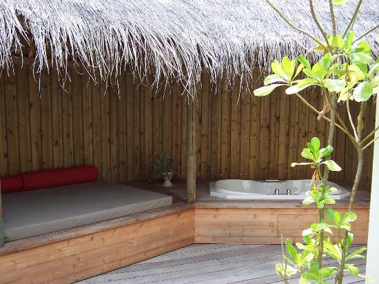 Komandoo Maldives Island Resort: Day bed and jacuzzi in the open-air bathroom