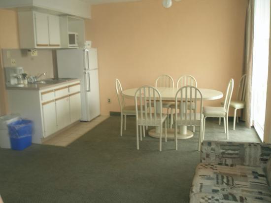 Days Inn & Suites Wildwood: Eating Area