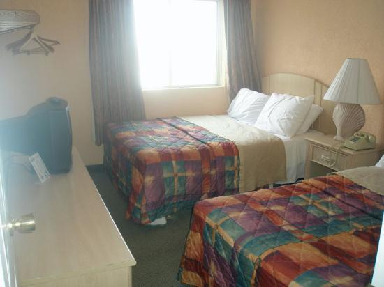 Days Inn & Suites Wildwood: One of the bedrooms