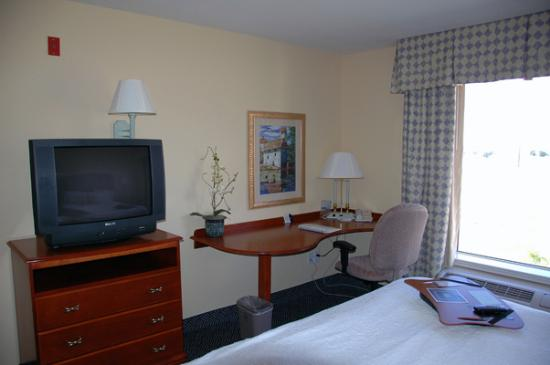 Hampton Inn Logan: TV and desk