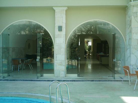 Miray Hotel: Entrance to the Miray from the pool