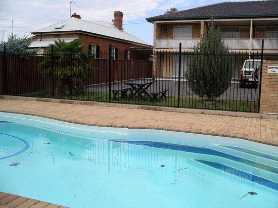 Winning Post Motor Inn :                                     pool