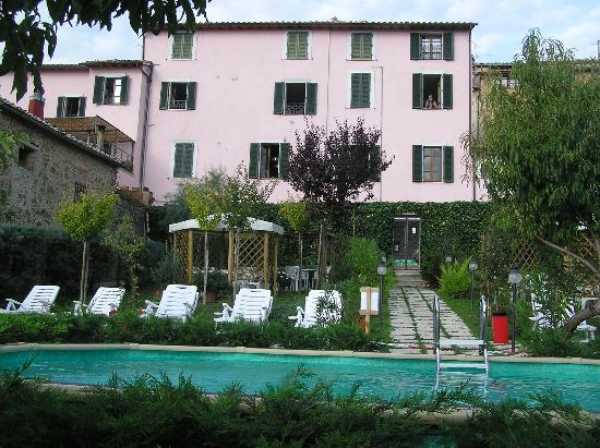 Hotel Residence Montalcino: Hotel Reidence from the swimming pool