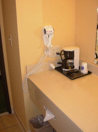 Fairfield Inn & Suites Anchorage Midtown: Bathroom - Coffee Maker & Hairdryer