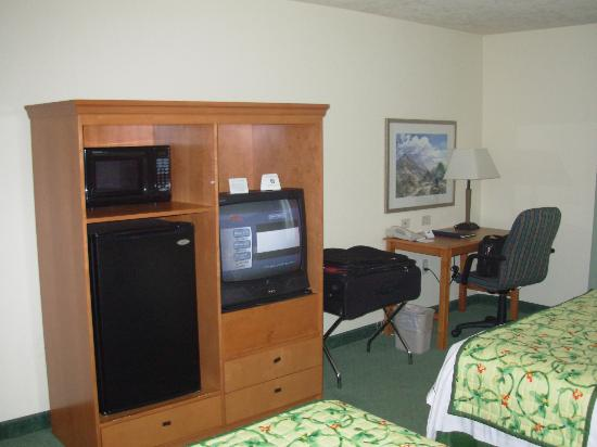 Fairfield Inn & Suites Anchorage Midtown : Facing TV and Desk
