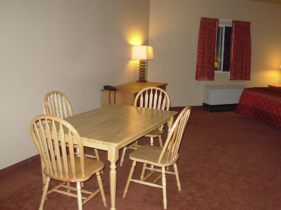 La Quinta Inn & Suites Fairbanks Airport : Suite - Dining Area