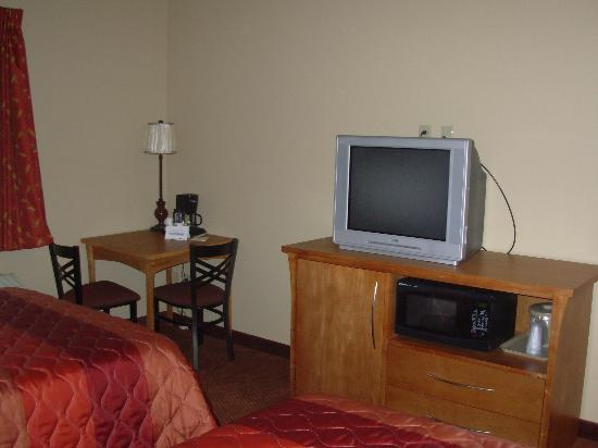 La Quinta Inn & Suites Fairbanks Airport : Standard Room - Television and Microwave Area