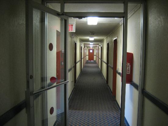 Red Carpet Inn And Suites: Hallway om 3rd floor