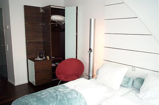 Copenhagen Island Hotel: Closet, refrigerator, nightstand lamp