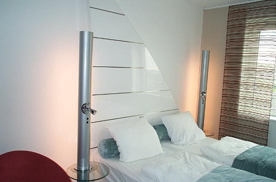 Copenhagen Island Hotel: Nightstands, headboard, bed