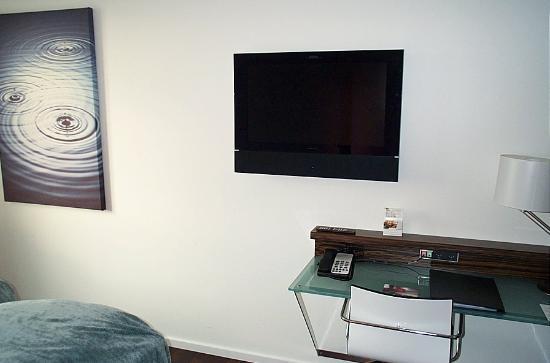 Copenhagen Island Hotel: Desk, flat-screen TV, art