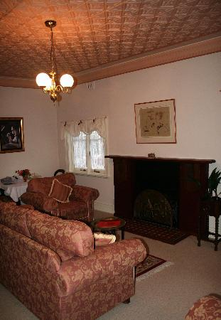 Whispering Pines Chalet: the main lounge of the charles darwin room