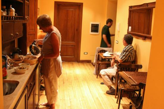 Roman Rooms Bed and Breakfast : Breakfast