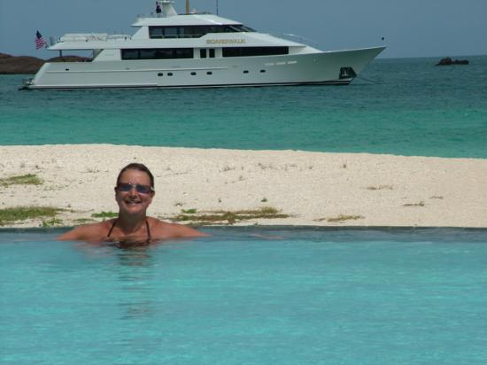 Hermitage Bay: Val in infinity pool