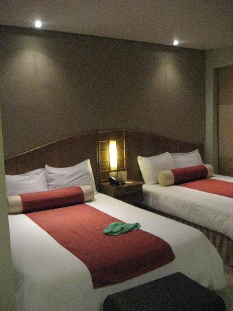 Amorita Resort: 2 kingsize beds in the deluxe room