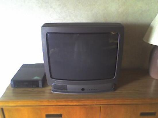 Admiralty Inn and Suites: TV with VCR