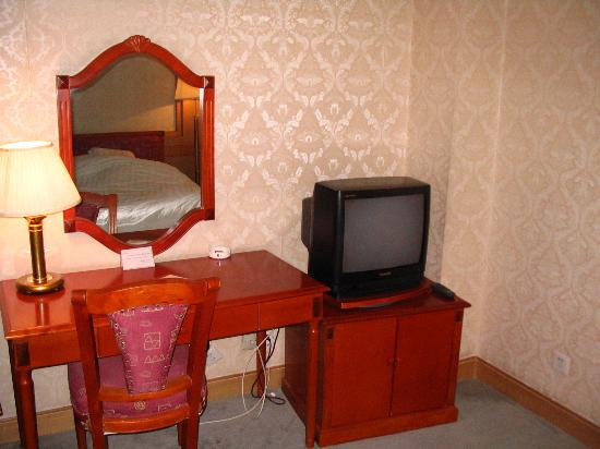 Xiong Bala Hotel : Dresser & TV in bedroom