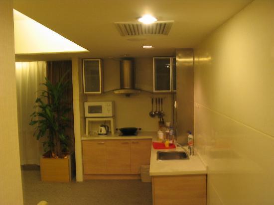 Xian Skytel Hotel: Kitchen area in suite