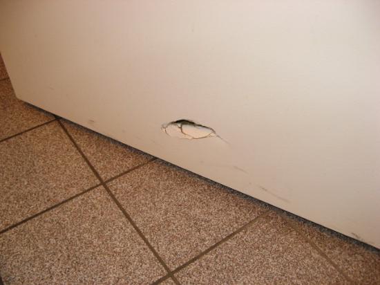 Econo Lodge Surrey: Broken door.