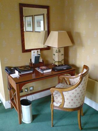 Parkes Hotel: desk area Parkes