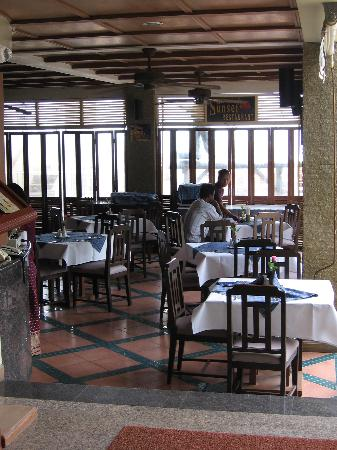 Karon Princess Hotel: Sunset restaurant - hardly any customers at dinner.