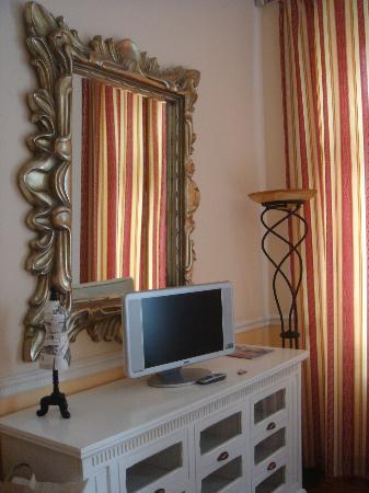 Garden Boutique Hotel: Dresser, TV in room