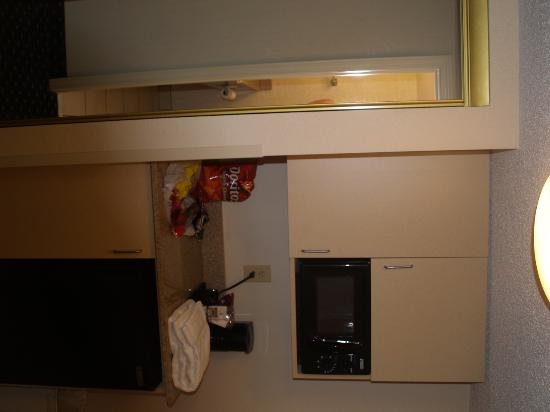 Holiday Inn Express Hotel & Suites Richmond North Ashland: Mini kitchen area.