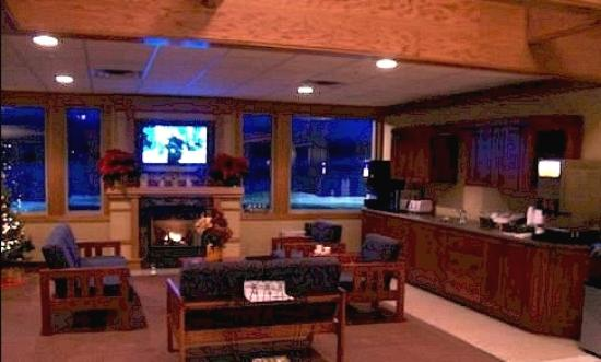 Prairie Inn and Suites: Lobby with flat screen TV
